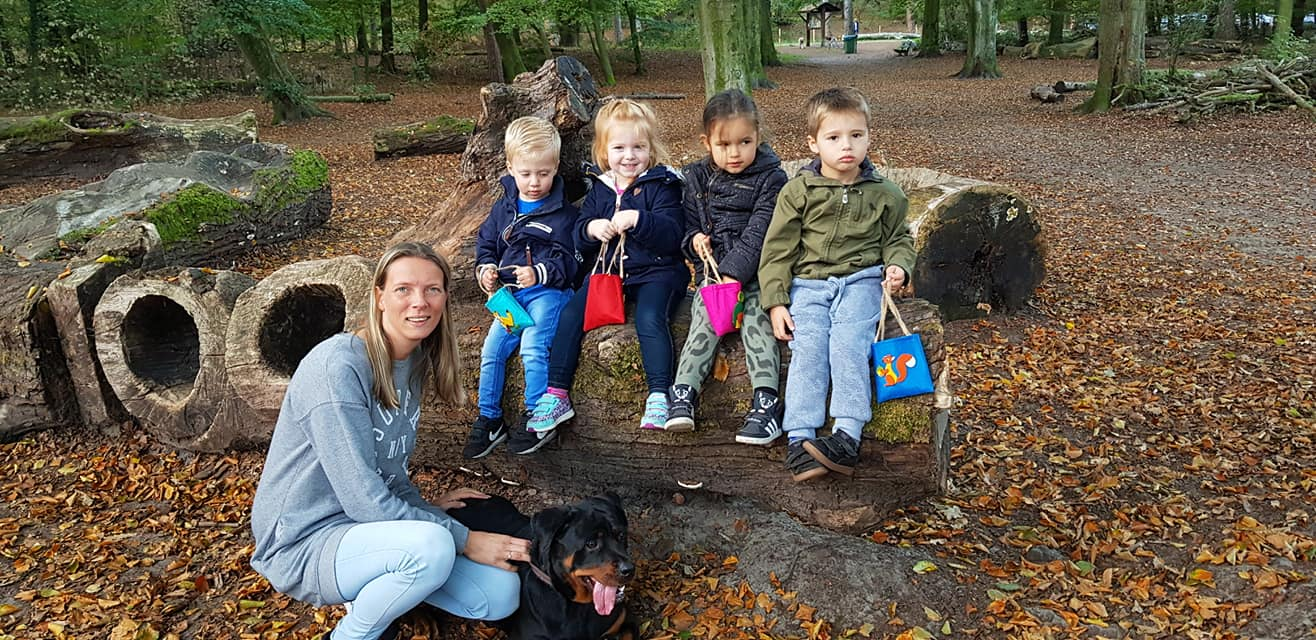 gastouder met kinderen bos