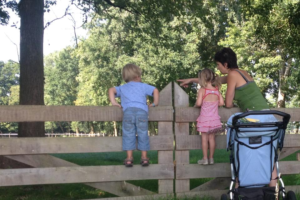 go met kinderen bij hek2